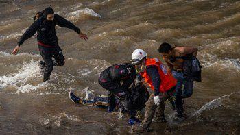 Paramédicos y manifestantes atienden a un adolescente que cayó al Río Mapocho desde un puente durante la represión de policías a una protesta en Santiago de Chile, el viernes 2 de septiembre de 2020.
