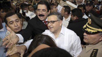 En esta foto de archivo del 2 de febrero de 2014, el entonces presidente salvadoreño Mauricio Funes, de blanco al centro acompañado por el expresidente hondureño Manuel Zelaya.
