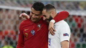 El portugués Cristiano Ronaldo y el francés Karim Benzema, excompañeros en el Real Madrid, se saludan durante un juego en la fase de grupos de la Eurocopa