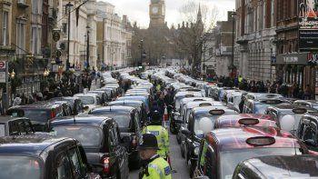 En esta imagen de archivo del 10 de febrero de 2016, taxistas londinenses bloquean una calle durante una protesta en el centro de Londres en la que denunciaban competencia desleal de servicios como Uber.