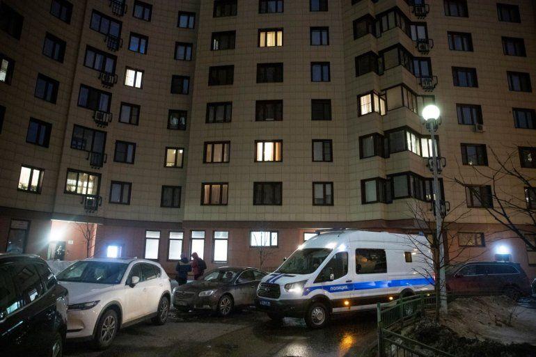 Una furgoneta policial rusa esta estacionada junto al edificio de apartamentos donde vive el encarcelado lider opositor Alexei Navalny en Moscú el miércoles