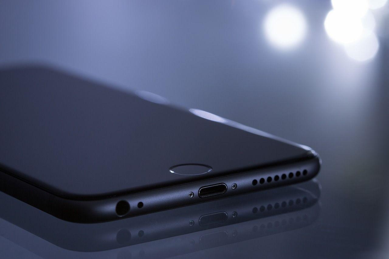 Apple corrige falla que exponía a sus iPhones a software espía