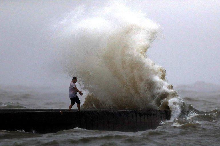Una ola azota un muelle cerca de la Bahía Orleans en Lake Pontchartrain en Nueva Orleans