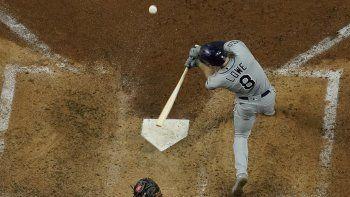 Brandon Lowe, de los Rays de Tampa Bay, conecta un jonrón de dos carreras en la quinta entrada del segundo juego de Serie Mundial ante los Dodgers de Los Ángeles, el miércoles 21 de octubre de 2020, en Arlington, Texas