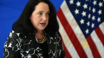 La nueva gerente comercial de la Embajada de Estados Unidos en El Salvador, Jean Elizabeth Manes, habla a su llegada al Aeropuerto Internacional San Oscar Romero en San Luis Talpa, El Salvador, el 1 de junio de 2021.