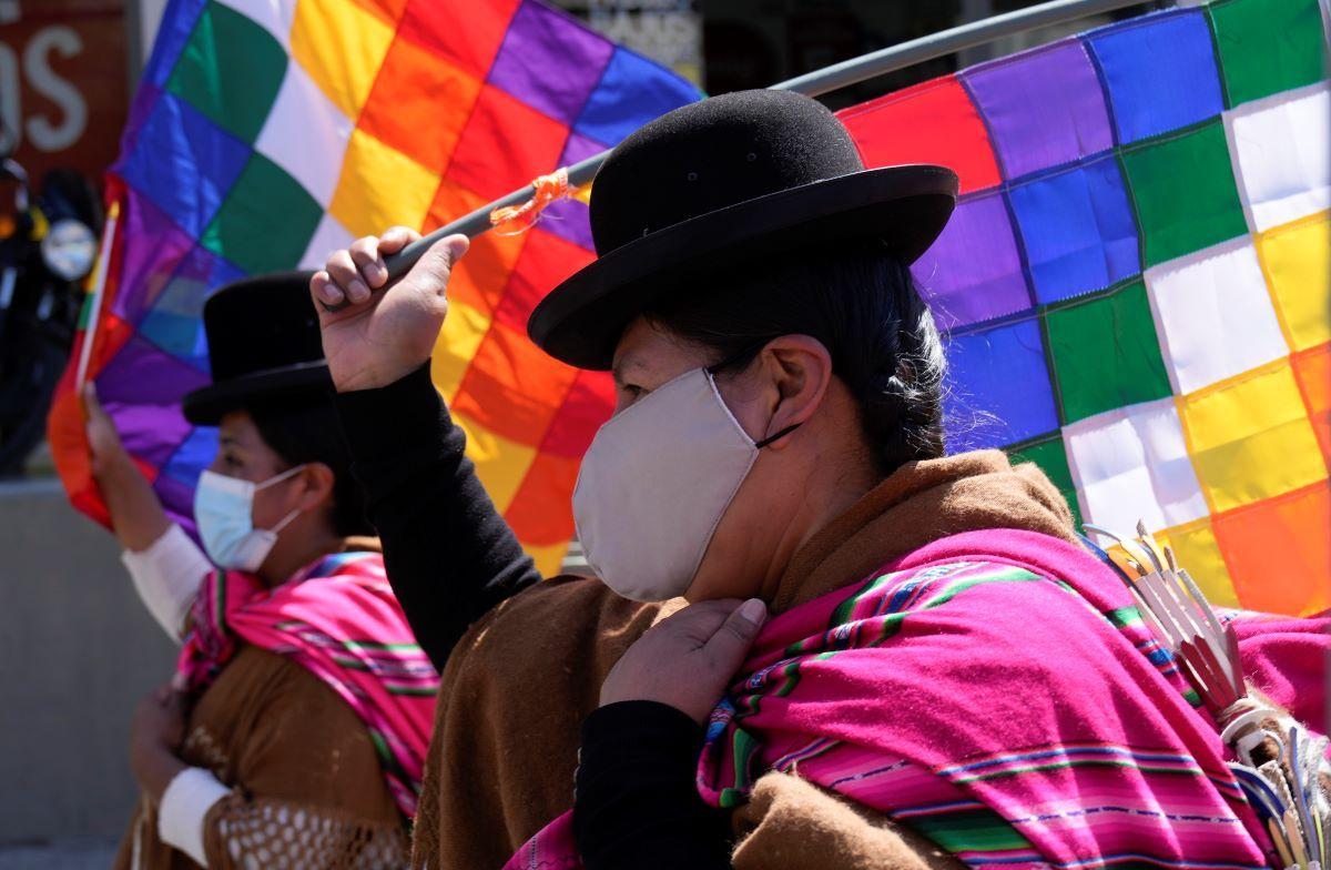 Simpatizantes del gobierno llevan banderas Wiphala mientras marchan a favor del presidente boliviano Luis Arce en La Paz, Bolivia, el martes 12 de octubre de 2021.