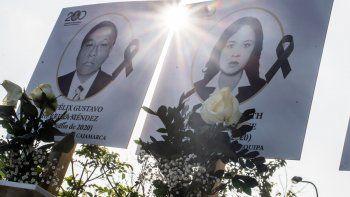 Las imágenes de los 125 médicos que murieron durante la pandemia de COVID-19 en Perú, se muestran afuera del Colegio Médico de Perú (CMP) en Lima el 13 de agosto de 2020. Perú es el tercer país más afectado en América Latina, después de Brasil y México - por la pandemia de coronavirus con casi medio millón de casos y más de 21,500 muertes.