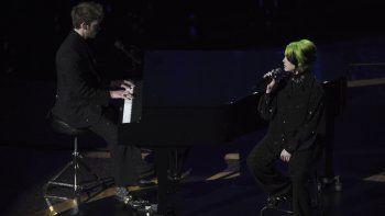 Finneas OConnell, izquierda, y Billie Eilish durante su presentación en el segmento in memoriam en los Oscar el domingo nueve de febrero de 2020 en el Teatro Dolby, en Los Angeles.