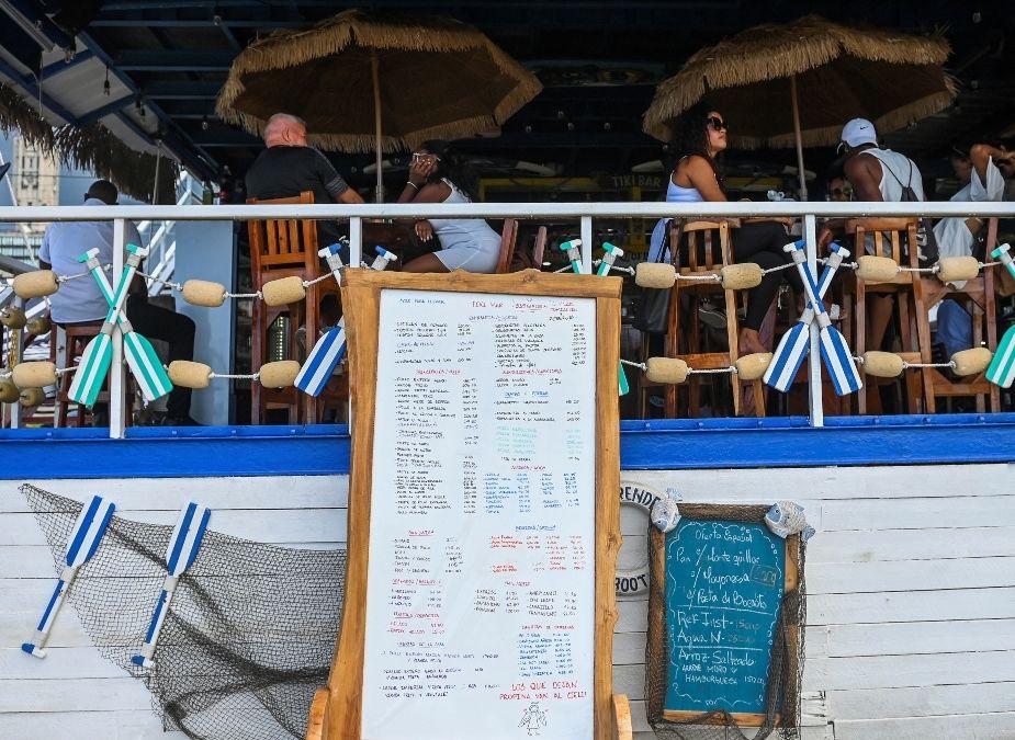 Un cartel con precios se ve en uno de los restaurantes del Paseo Marítimo 1 y 70 de La Habana, el 1 de octubre de 2021.