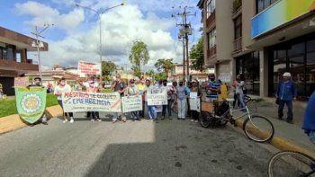 Educadores venezolanos se manifiestan en las calles en exigencia de reivindicaciones laborales y en protesta por el mal estado de las instalaciones educativas.