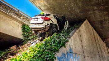 Esta fotografía proporcionada por la Patrulla de Caminos de California muestra el sitio donde un hombre que huía de las autoridades estrelló la SUV Maserati de su novia, debajo de una autopista de Oakland, California