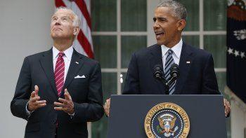 En esta foto de archivo del 9 de noviembre de 2016, el entonces vicepresidente Joe Biden eleva la vista mientras el presidente Barack Obama habla en el rosedal de la Casa Blanca, Washington. Obama está emergiendo como figura protagónica de la campaña electoral 2020, en la que Biden es el candidato demócrata.