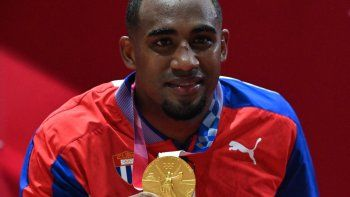 El medallista de oro Arlen López de Cuba celebra con su medalla en el podio después de ganar la pelea final de boxeo de peso ligero masculino (75-81 kg) contra el británico Benjamin Whittaker durante los Juegos Olímpicos de Tokio 2020
