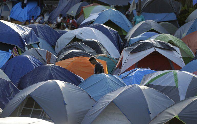 Carpas amontonadas en un campamento de Matamoros