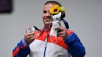 Leuris Pupo, medallista de plata de Cuba, subió al podio para la ceremonia de la victoria de la final masculina de pistola de tiro rápido de 25 metros durante los Juegos Olímpicos de Tokio 2020