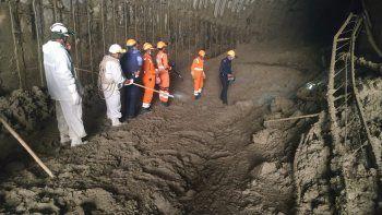 Foto distribuida por la Fuerza Nacional de Respuesta a Desastres (NDRF), que muestra a personal de la agencia que busca a una treintena de trabajadores de una usina atrapados en un túnel desde que parte de un glaciar del Himalaya se desprendió y lanzó una muralla de agua y escombros cuesta abajo en el estado norteño de Uttarakhand, India, 8 de febrero de 2021.