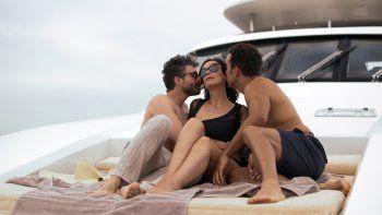 Osvaldo Benavides, de izquierda a derecha, Gabriela de la Garza y Marcus Ornelas en una escena de Monarca en una imagen proporcionada por Netflix. La segunda temporada de Monarca se estrena el 1 de enero de 2021.