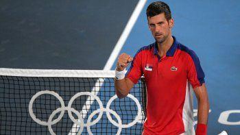 El serbio Novak Djokovic celebra tras derrotar del japonés Kei Nishikori durante el partido de tenis de cuartos de final masculino de los Juegos Olímpicos de Tokio 2020