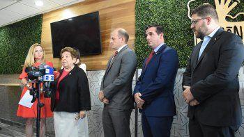 Las congresistas federales demócratas Debbie Mucarsel Powell, Donna Shalala, los senadores estatales demócratas José Javier Rodríguez y Javier Fernández, junto al representante de la embajada de Venezuela en EEUU, Gustavo Marcano.