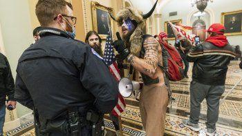 En esta foto de archivo del 6 de enero de 2021, varias personas son confrontadas por agentes de la policía del Capitolio de los Estados Unidos. Jacob Anthony Chansley, quien también se conoce con el nombre de Jake Angeli, fue detenido el sábado 9 de enero.