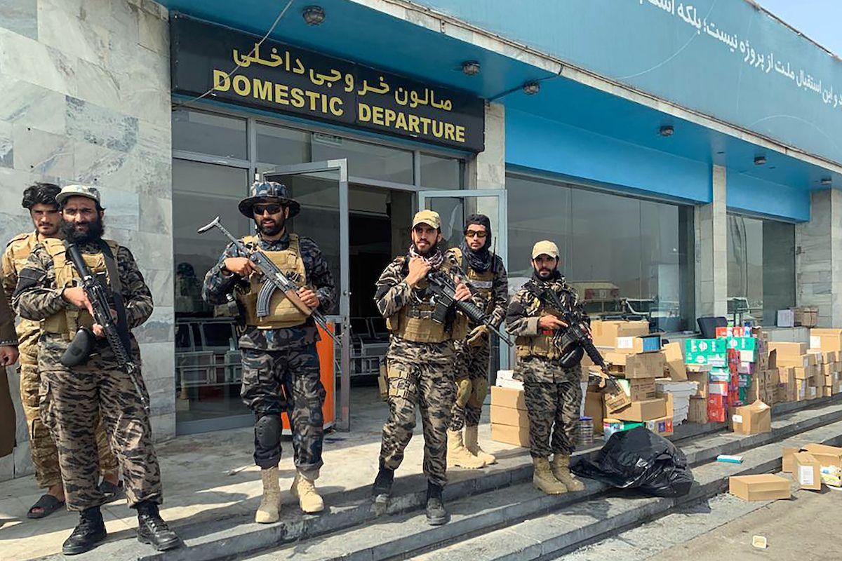En esta fotografía del 31 de agosto de 2021, combatientes del Talibán vigilan el interior del aeropuerto internacional Hamid Karzai después de la salida de las fuerzas estadounidenses, en Kabul, Afganistán.