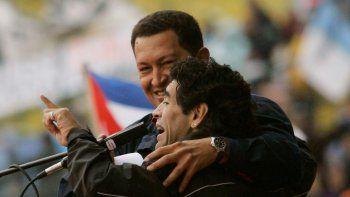 En esta foto del 4 de noviembre de 2005, Diego Maradona se dirige a una multitud junto a Hugo Chávez durante la Cumbre de las Américas en Mar del Plata, Argentina. Chávez murió en marzo de 2013. Maradona ha fallecido de un paro cardíaco, el miércoles 25 de noviembre de 2020, en Buenos Aires. Tenía 60 años.