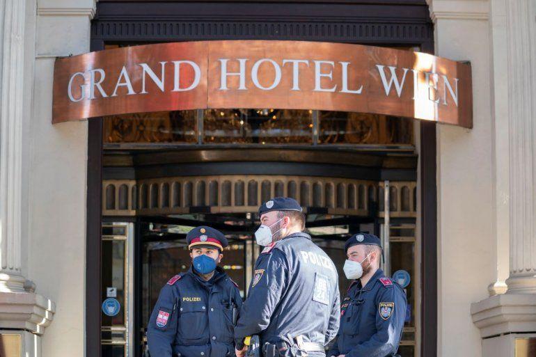 Agentes de policía montan guardia en la entrada del Grand Hotel Wien en Viena