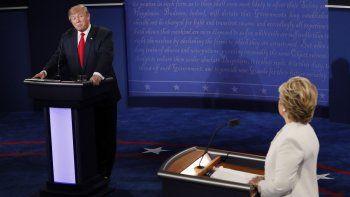 El candidato por el partido Republicano Donald Trump (i) y su rival demócrata Hillary Clinton (d) participan en el debate presidencial este 19 de octubre de 2016, en la Universidad de Nevada en Las Vegas.