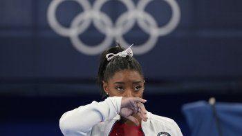 La estadounidense Simone Biles observa la actuación de otras gimnastas tras retirarse de la final por equipos de los Juegos de Tokio 2020 por una aparente lesión, el 27 de julio de 2021, en Tokio.