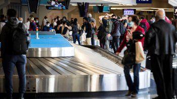 Viajeros esperan su equipaje en el aeropuerto Dallas/Fort Worth el 23 de diciembre del 2020. Casi 1,3 millones de pasajeros pasaron por los aeropuertos en Estados Unidos el domingo 27 de diciembre de 2020, el nivel más alto de viajes aéreos en más de nueve meses, pese a advertencias de que ello llevará a más casos de coronavirus.
