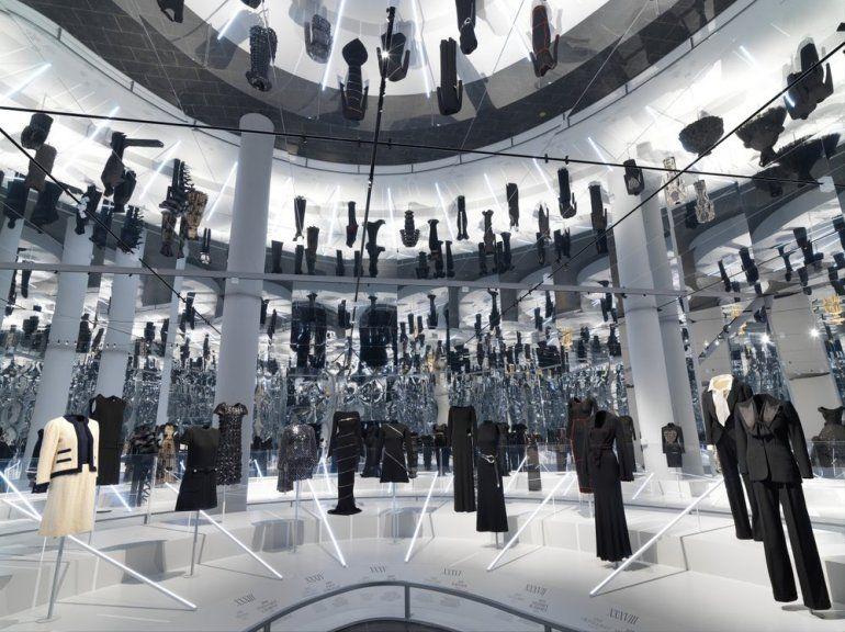 En esta imagen proporcionada por el Museo Metropolitano de Arte en Nueva York una vista de la exposición del Instituto del Vestido About Time: Fashion and Duration que presenta 150 años de moda de la gala Met.