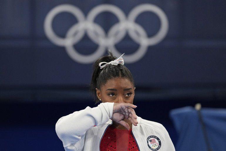 La estadounidense Simone Biles observa la actuación de otras gimnastas tras retirarse de la final por equipos de los Juegos de Tokio 2020 por una aparente lesión