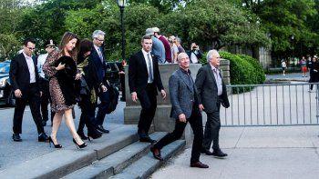 El fundador de Amazon Jeff Bezos (2do der.) llega acompañado de su padres a la inauguración del Museo de la Estatua de la Libertad en Liberty Island, Nueva York.