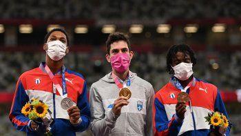 (De izquierda a derecha) El medallista de plata Juan Miguel Echevarria de Cuba, el medallista de oro de Grecia Miltiadis Tentoglou y el medallista de bronce de Cuba Maykel Masso celebran en el podio de la final masculina de salto de longitud durante los Juegos Olímpicos de Tokio 2020
