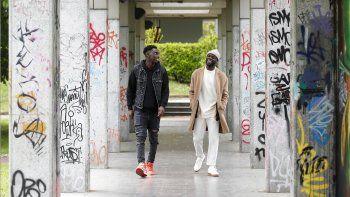 El autor y guionista Antonio Dikele Distefano, a la derecha, y el actor Giuseppe Dave Seke caminan en Milán, Italia, el martes 27 de abril de 2021. La serie de Netflix Zero, que se estrenó el mes pasado a nivel mundial, es la primera producción italiana con un elenco predominantemente afrodescendiente.