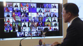 El presidente de Corea del Sur, Moon Jae-in, a la derecha, habla mientras la pantalla muestra a los líderes mundiales en la Cumbre de Líderes sobre el Clima en la Casa Azul presidencial en Seúl, Corea del Sur, el jueves 22 de abril de 2021.
