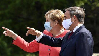 La canciller alemana Angela Merkel (izq) y el titular de la Unión Demócratacristiana Armin Laschet (der) en Duesseldorf, Alemania el 18 de agosto del 2020.