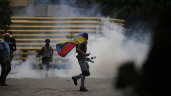 Un manifestante con la bandera de Venezuela durante la protesta contra el régimen de Nicolás Maduro, que fue convocada por el presidente encargado Juan Guaidó.