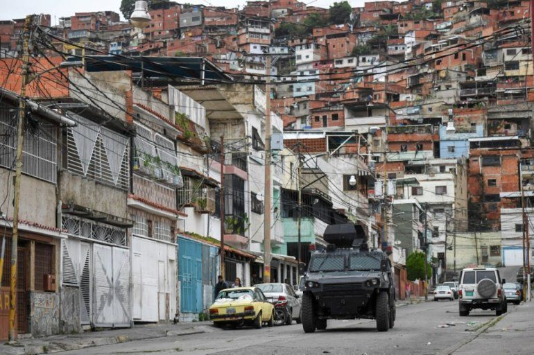 Un vehículo blindado VN-4 de una unidad especial de la Policía Nacional recorre una de las calles principales del barrio Cota 905 luego de tres días de enfrentamientos con presuntos integrantes de una banda criminal