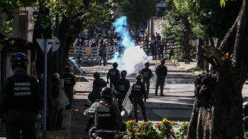 Los expresidentes de Colombia y Bolivia critican que la democracia en Venezuela anda peor con la oposición política criminalizada, la prensa amordazada y la represión de los últimos tres meses con decenas de muertos, centenares de heridos, miles de detenidos.