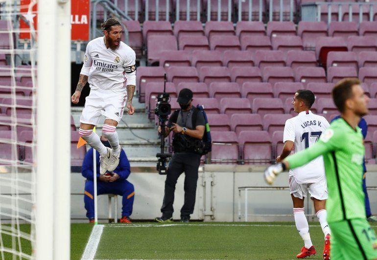 Sergio Ramos celebra tras anotar el segundo gol del Real Madrid en el partido contra el Barcelona en el partido de La Liga española