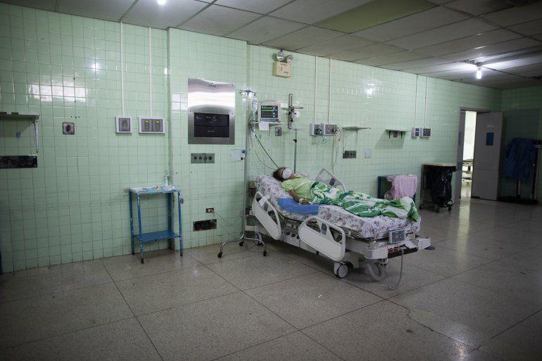Un paciente que se recupera de una cirugía de cáncer de colon yace solo en la UCI del Hospital de Oncología Luis Razetti en Caracas