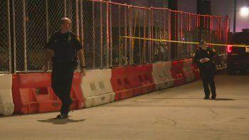 En esta imagen tomada de un video proveído por KSAT, policías de San Antonio arriban a la escena de un tiroteo fatal en un club de conciertos el domingo, 19 de enero del 2020. Dos personas murieron en el incidente.