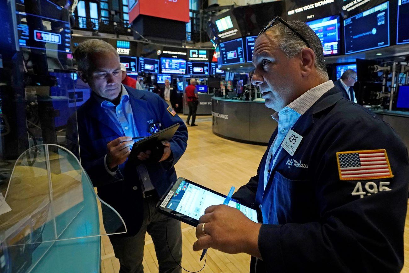 Agentes de la Bolsa de Nueva York trabajan en el piso de remate.