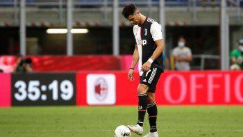 El portugués Cristiano Ronaldo, de la Juventus, lamenta el gol del Milan en duelo de la Serie A en el estadio San Siro de Milán, Italia, el martes 7 de julio de 2020.