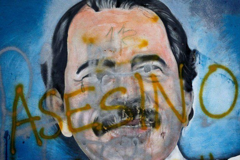 El rostro del dictador Daniel Ortega pintado en un mural ha sido cubierto con la palabra asesino