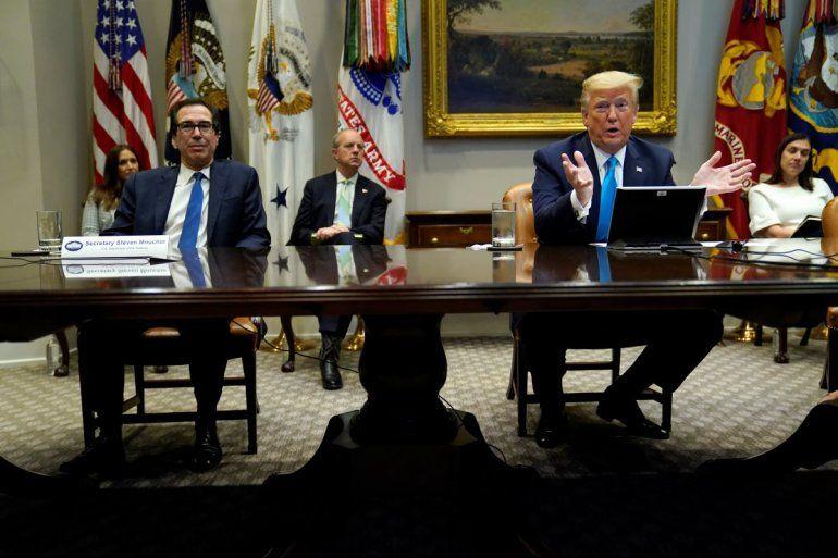El presidente Donald Trump habla durante una teleconferencia con bancos sobre las acciones de asistencia para las pequeñas empresas durante la pandemia del coronavirus