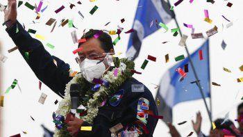 El candidato presidencial boliviano del Movimiento al Socialismo (MAS), Luis Arce, saluda a sus partidarios durante el cierre de su campaña para las elecciones presidenciales del 18 de octubre en El Alto, Bolivia, el miércoles 14 de octubre de 2020.