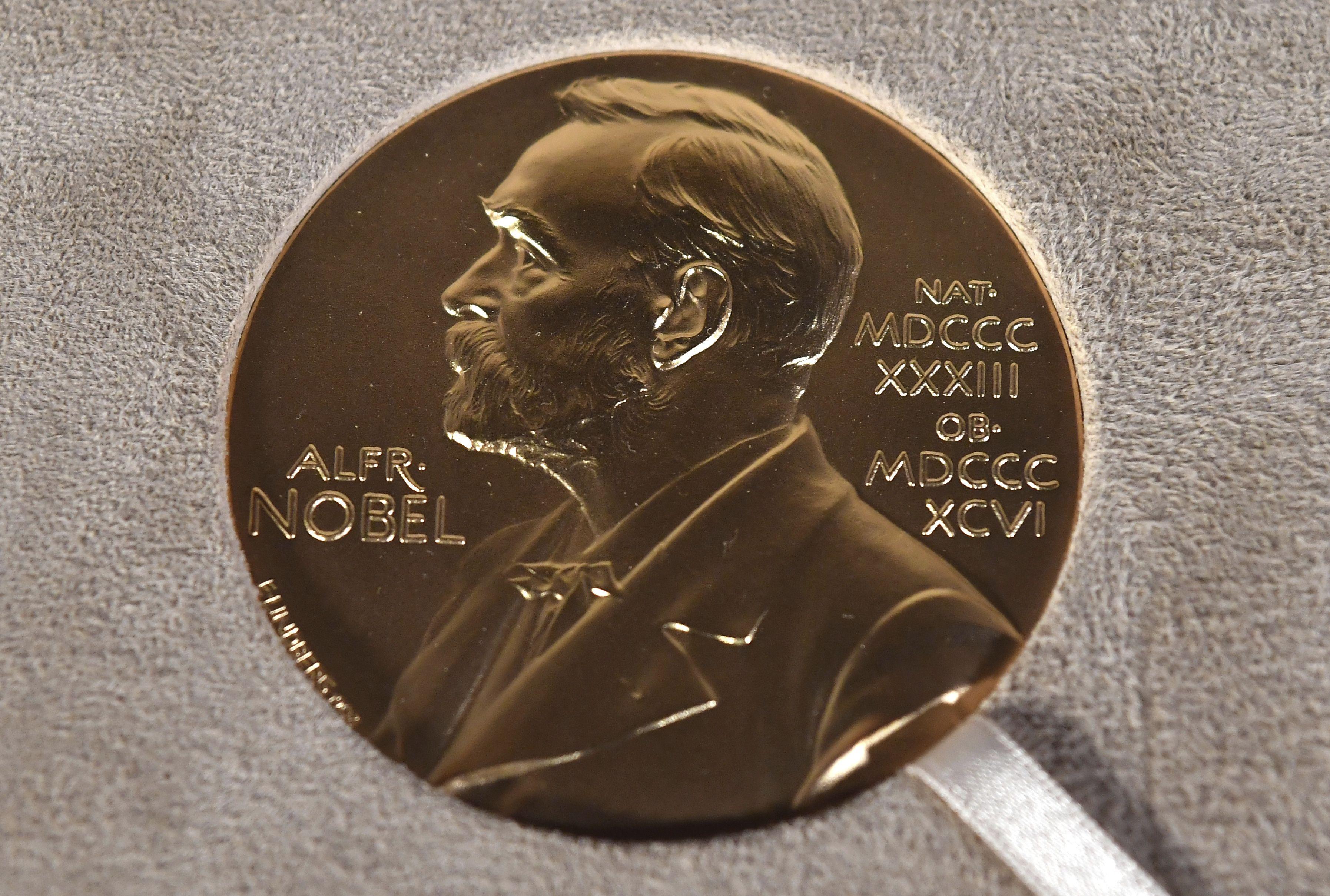 En esta imagen de archivo, tomada el 8 de diciembre de 2020, una medalla del Nobel durante un acto de entrega en Nueva York. El novelista tanzano Abdulrazak Gurnah ganó el Nobel de Literatura 2021.