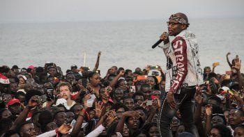 Master KG (R), el DJ sudafricano detrás del éxito pop mundial Jerusalema, se presenta en el Festival de Arena que se celebra en las playas del lago Malawi, en Salima, el 1 de noviembre de 2020. Master KG ganó el premio al Mejor Acto Africano en la MTV de este año European Music Awards, que recibió elogios del partido gobernante del país y fanáticos jubilosos.